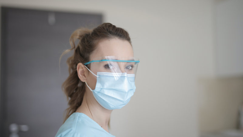 woman-in-blue-shirt-wearing-facemask_weboptimiert